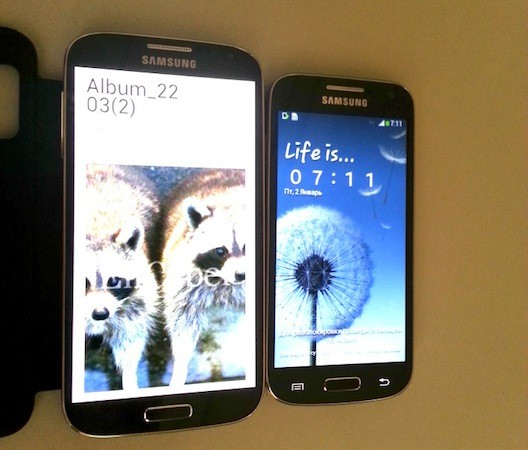 Samsung Galaxy S4 (Left) and Galaxy S4 Mini (Right)