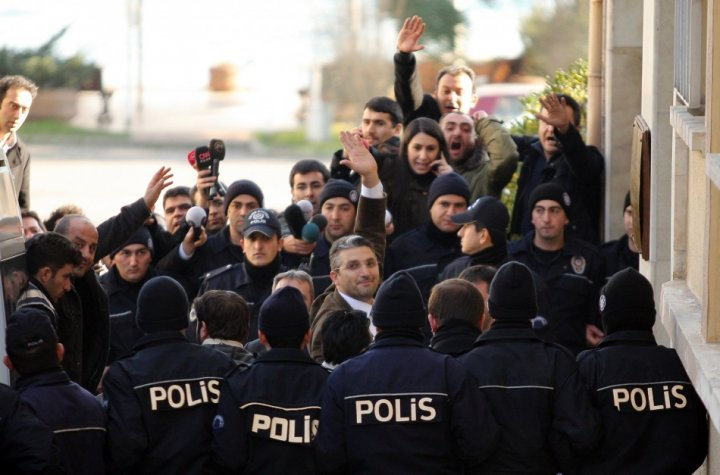 Journalists Nedim Sener (C) and Ahmet Sik (facing camera, 3rd L) wave upon arrival at a courthouse in Istanbul