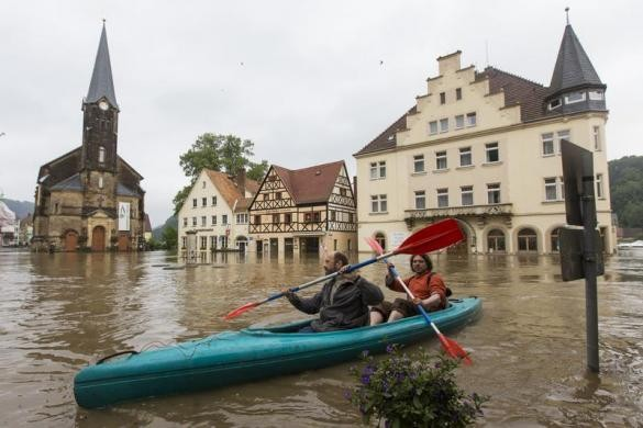 Thousands evacuated as flood is expected to peak in Budapest on Monday at around 8.85 metres, above the 8.6-metre record reached in 2006