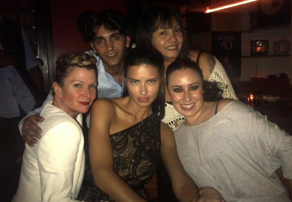 Adriana Lima (in centre)