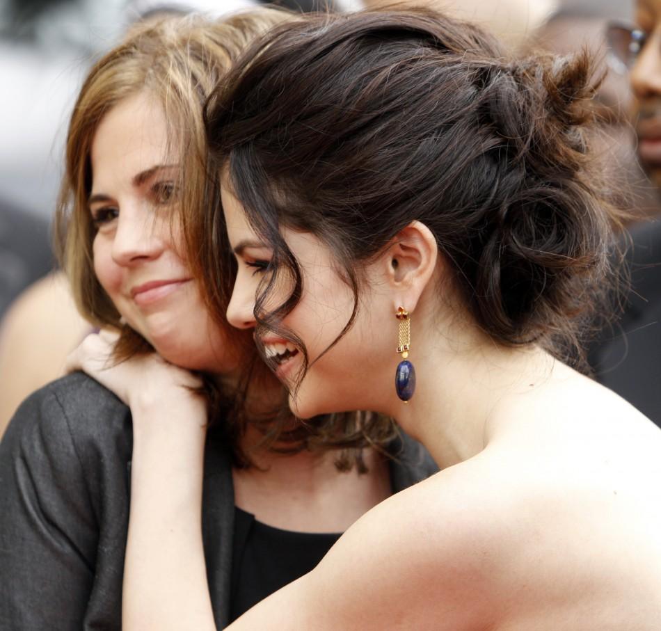 Selena Gomez (R) hugs her mother Mandy Cornett