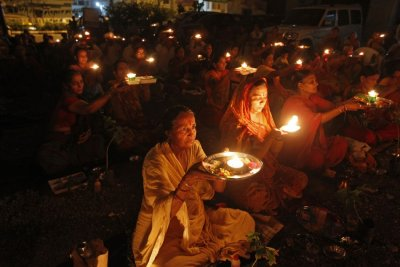 People carry oil lamps as they pray for the flood victims in the Himalayan state of Uttarakhand, outside a temple in the western Indian city of Ahmedabad June 19, 2013.