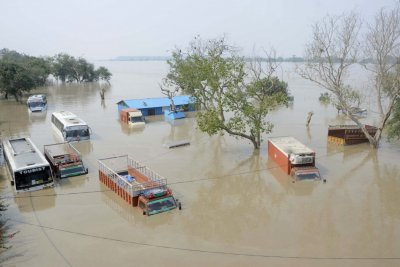 Vehicles are submerged in the rising waters of river Yamuna in New Delhi June 19, 2013.