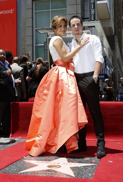 Lopez and boyfriend Casper Smart pose on her star
