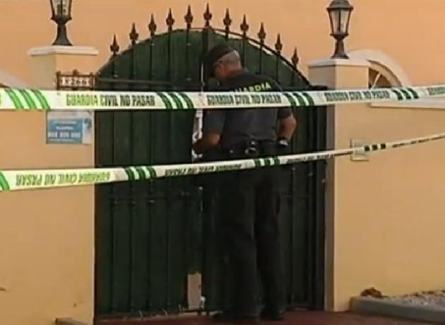 Police officr enters scene of bloody shootings