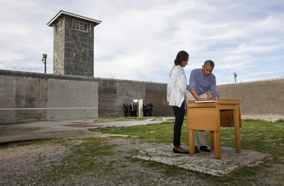 Obama signs Robben Island guest book
