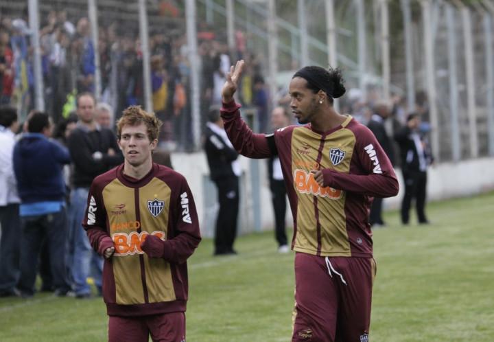 Bernard training with Atletico Mineiro team-mate Ronaldinho