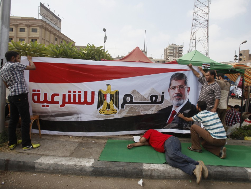 Supporters of Egyptian President Mohamed Mursi set up a banner as they take part in a protest to show support to him (Photo: Reuters)