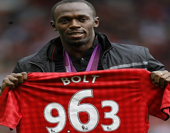 Usain Bolt clasps Manchester Utd shirt