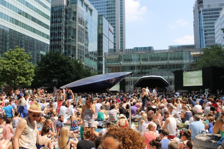 Fans gather to cheer Murrray on to Wimbledon glory at Canary Wharf