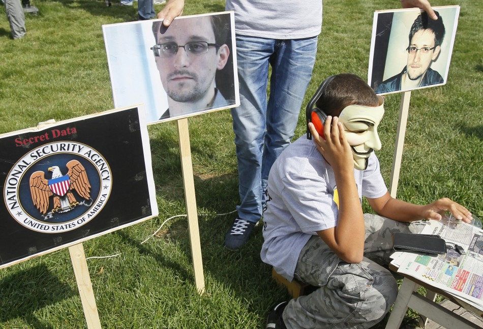 Activists perform during a rally supporting Edward Snowden, ex-contractor at the National Security Agency (NSA), in front of US embassy in Kiev (Photo: Reuters)
