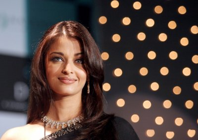 Actress Aishwarya Rai wears a diamond necklace during the unveiling of a new diamond jewellery collection in Mumbai October 3, 2006.