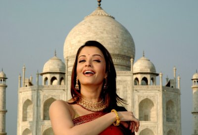 Aishwarya Rai, Bollywood actress and former Miss World, poses in front of the Taj Mahal in the northern Indian city of Agra December 1, 2004. Rai tethered a hot-air balloon at the Taj Mahal to help it get onto the list of the new Seven Wonders of the Worl