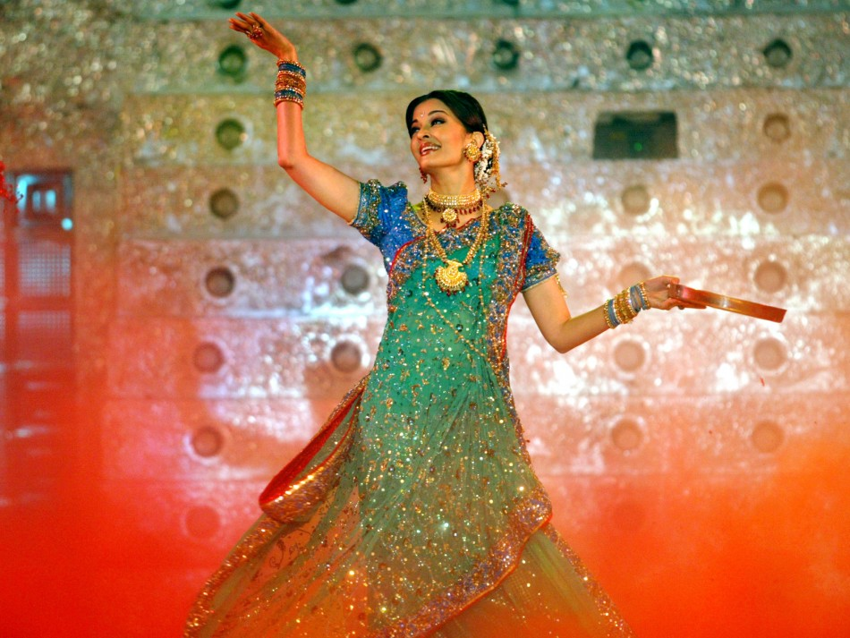 Bollywood star Aishwarya Rai performs during a concert called HELP in Bombay February 6, 2005. Bollywood stars took part in a concert to raise funds for Indian tsunami victims.