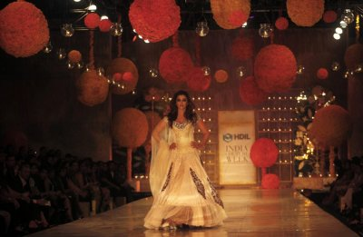 Bollywood actress Aishwarya Rai Bachchan presents a creation by Indian designer Manish Malhotra on the first day of India Couture Week in Mumbai October 6, 2010.