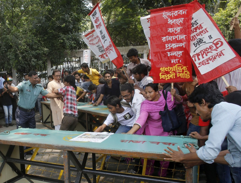 Activists from Ganatantrik Bam Morcha, a leftist political party,a protest against the deaths of garment workers in the Rana Plaza incident (Photo: Reuters)