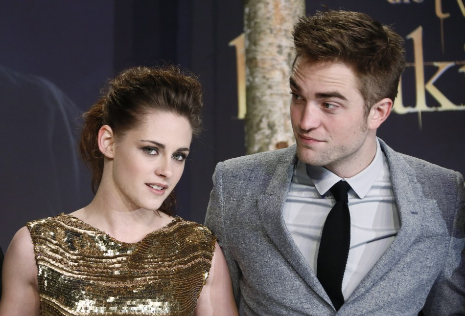 Robert Pattinson (R) and Kristen Stewart