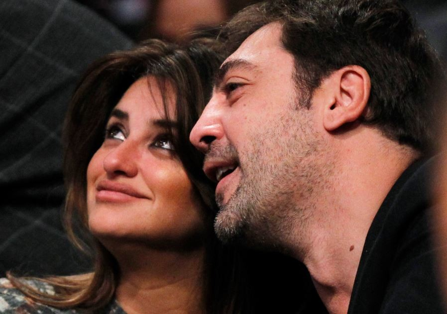 Penelope Cruz (L) and Javier Bardem