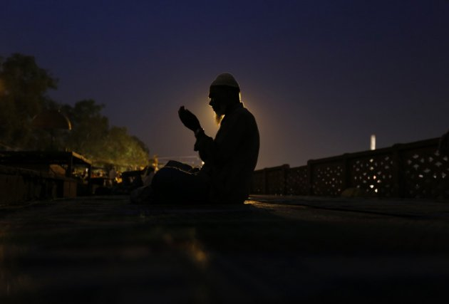 A Muslim man prays at a mosque in the old quarters of Delhi on Eid al-fitr August 7, 2013. (Photo: REUTERS/Mansi Thapliyal)
