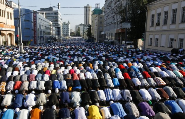 Thousands of believers take part in morning prayers to celebrate the first day of Eid-al-Fitr in Moscow August 8, 2013. (Photo: REUTERS/Sergei Karpukhin)