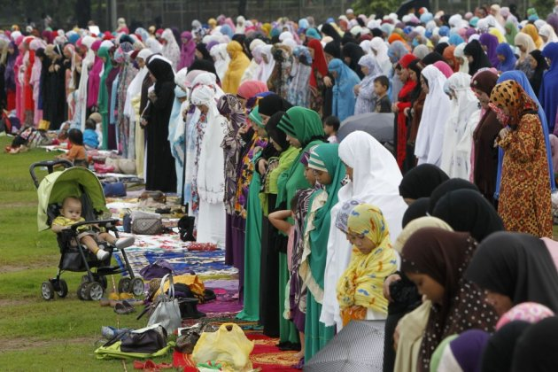 Thousands of Filipino Muslims celebrated the Eid al-Fitir festival with morning prayers in the park to mark the end of the Muslim holy fasting month of Ramadan. (Photo: REUTERS/Romeo Ranoco)