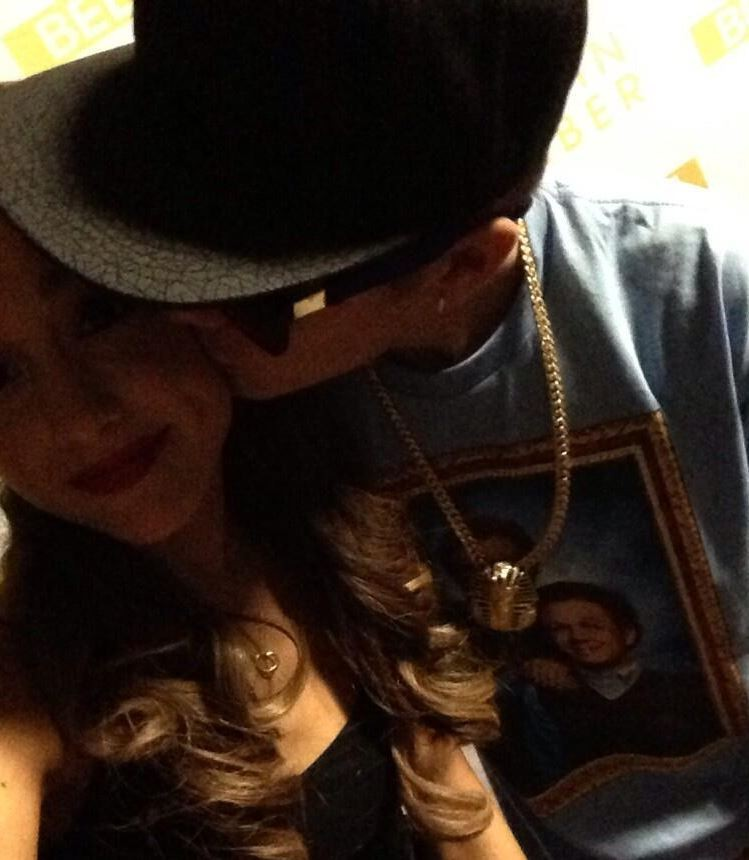 Justin Bieber kisses actress Ariana Grande in Twitter photo