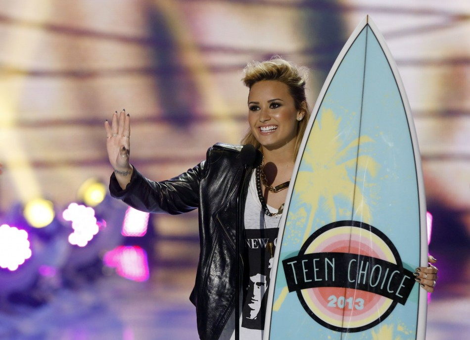 Singer Demi Lovato accepts the Choice TV Personality: Female Award at the Teen Choice Awards 2013. (Photo: Reuters)