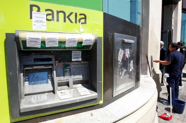 Spain has seen a 4.9% drop in bank branches in 2012 (Photo: Reuters)