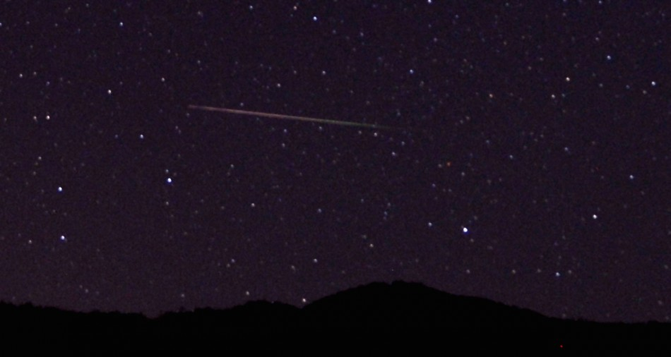 A meteor streaks over the northern skies in the early morning during the Perseid meteor shower north of Castaic Lake, California August 12, 2013. (Photo: Reuters)