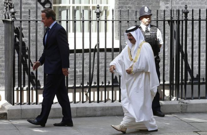Britain's Prime Minister David Cameron (L) greets Bahrain's King Hamad bin Isa Al Khalifa