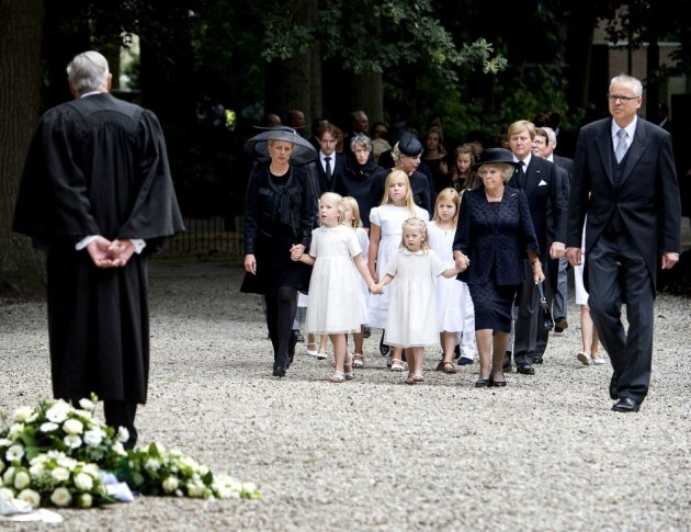 Netherlands' Princess Mabel (2nd L-2nd R), accompanied by her daughters Luana and Zaria and Princess Beatrix lead the Dutch royal family as they arrive for the funeral service of Beartix' son Prince Friso at the Stulpkerk church in Lage Vuursche August 16