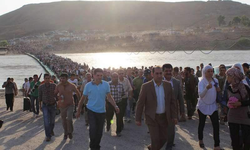 Syrian refugees cross into Iraq