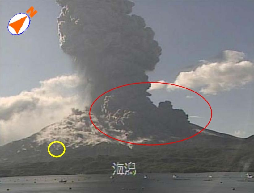 Situation of cinder scattering and generation of pyroclastic flow from eruption of Sakurajima on 18 August, 2013. (Photo: Kagoshima Local Meteorological Observatory)
