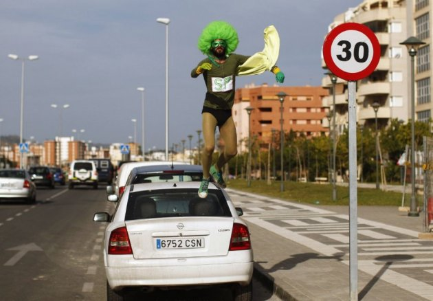 Man jumps onto car of wife's lingerie thief; holds on for 2.5 kilometers/Reuters