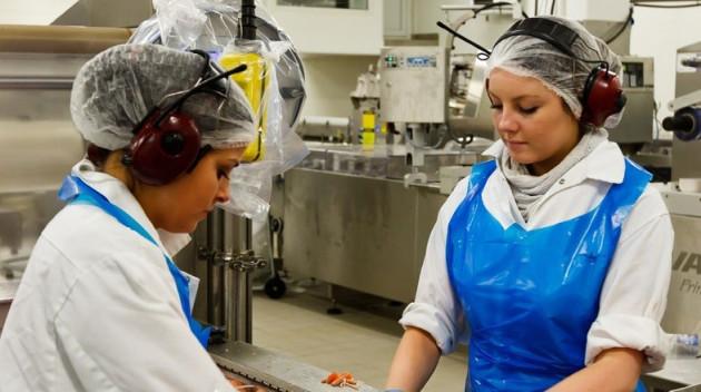 Two women working in a Faroese fish processing centre (Photo: http://www.faroeislands.fo/)