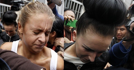 Melissa Reid (L) and Michaella McCollum are escorted by police after leaving the public prosecutor's office at Callao (Reuters)