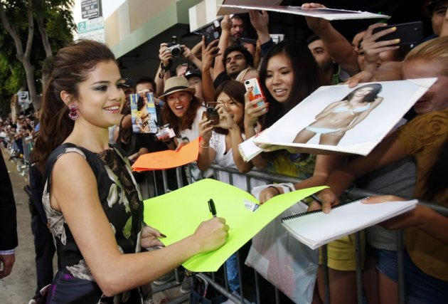 Amid posing for camera, Selena didn't forget to oblige to her fans at the premiere of Getaway. (Reuters)