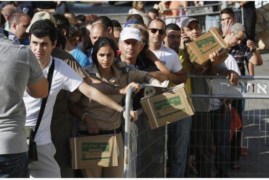 Israelis queue for gas masks