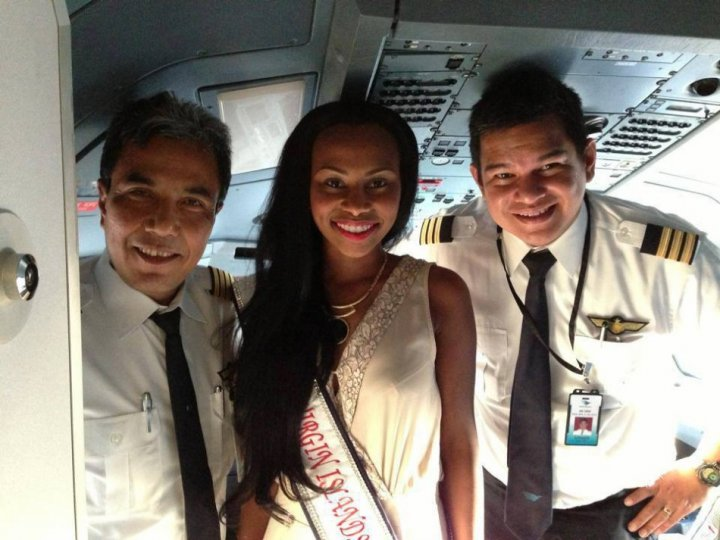 Miss British Virgin Islands 2013, Kirtis Malone, poses with flight captains upon arriving in Indonesia. (Photo: Miss World/Facebook)