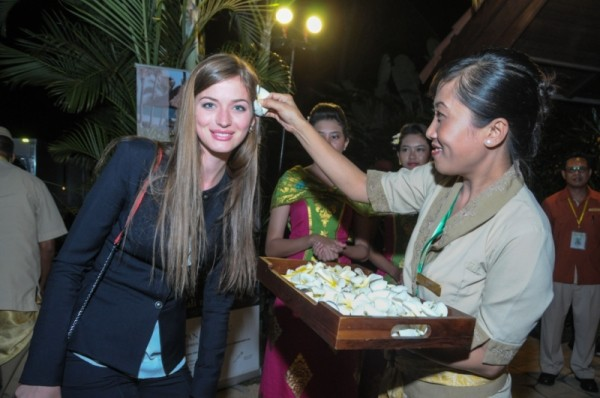 A Miss World 2013 contestant receives welcome in Bali. (Photo: Miss World Indonesia 2013)