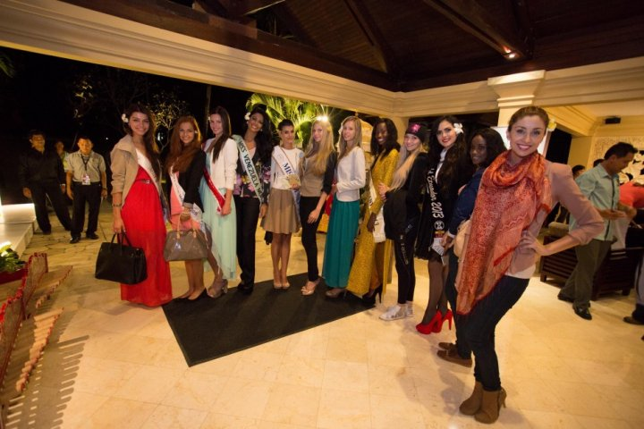 Miss World 2013contestants pose for shutterbugs in Bali. (Photo: Miss World Indonesia 2013)