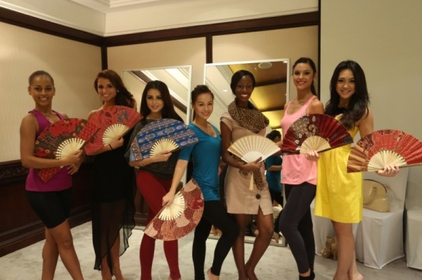 Miss World 2013 contestants are enthusiastic to show off their sandalwood fans after the dance lesson. (Photo: Miss World/Facebook)