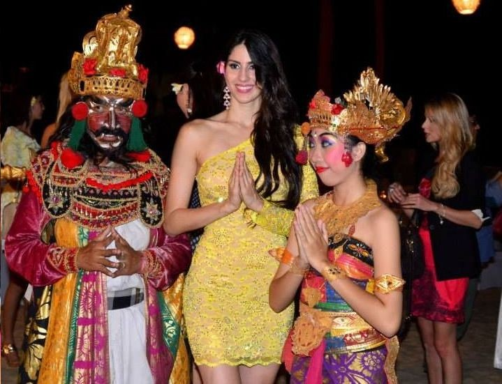 Miss Dominican Republic 2013 poses with traditional Indonesian dancers in Bali. The Miss World 2013 contestants got into the local flair of Indonesia ahead of the official opening ceremony of the pageant. (Photo: Miss World/Facebook)