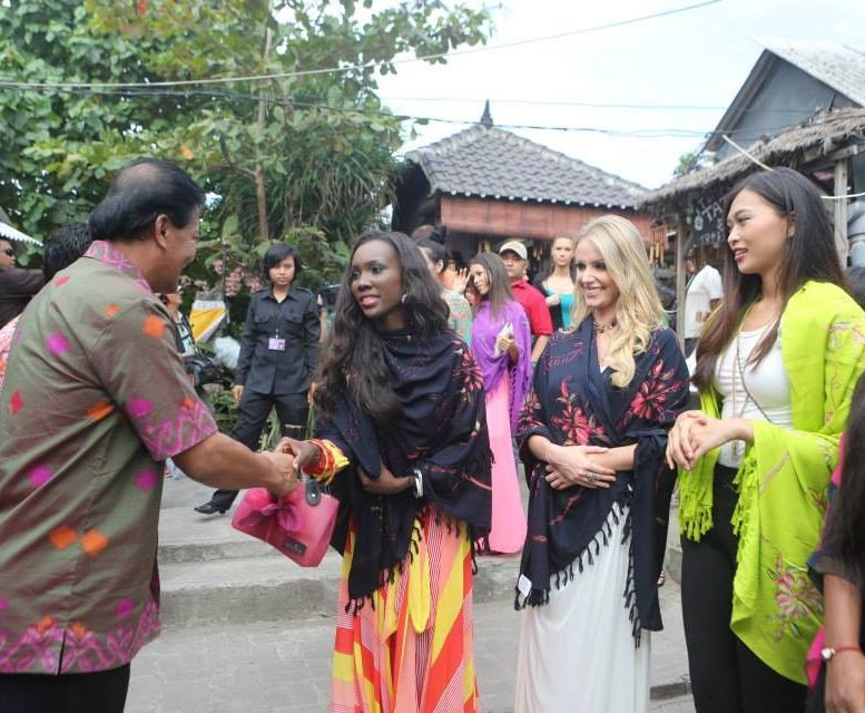 The Miss World 2013 contestants meet locals in Bali. (Photo: Miss World/Facebook)