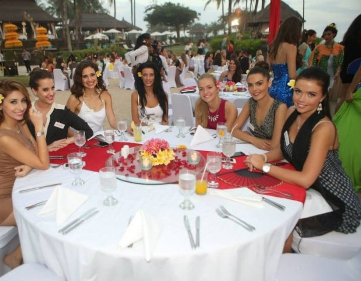 The Miss World 2013 contestants pose at farewell dinner at an island report in Bali. (Photo: Miss World/Facebook)