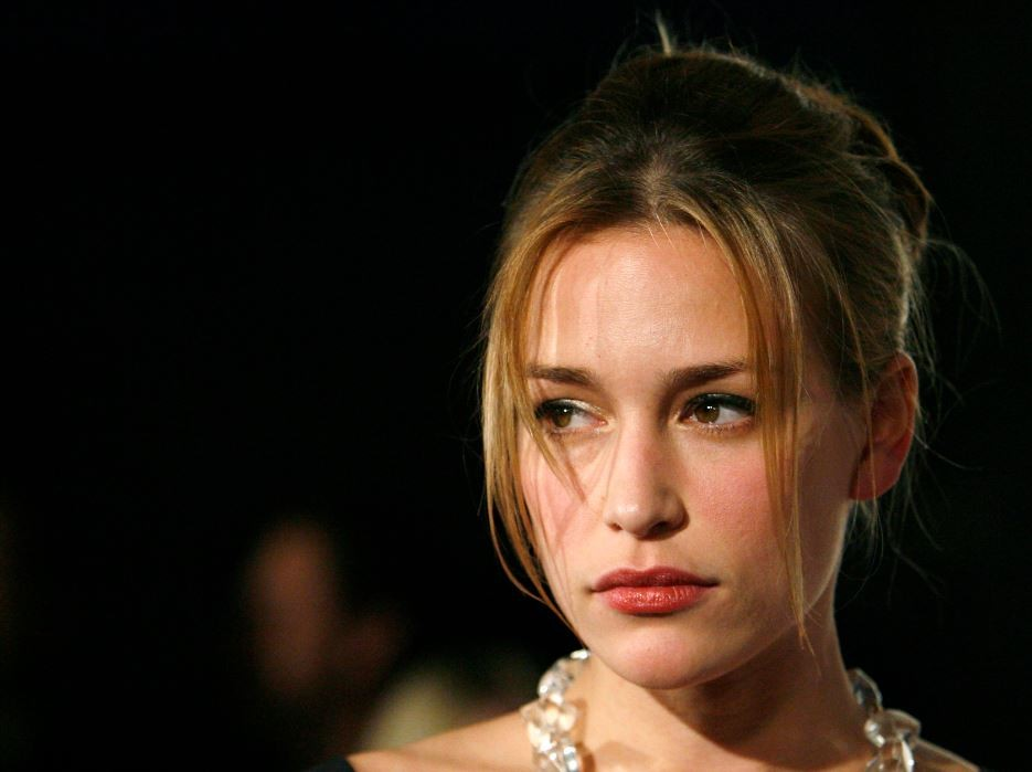 Covert Affairs star Piper Perabo is engaged to director-producer Stephen Kay.