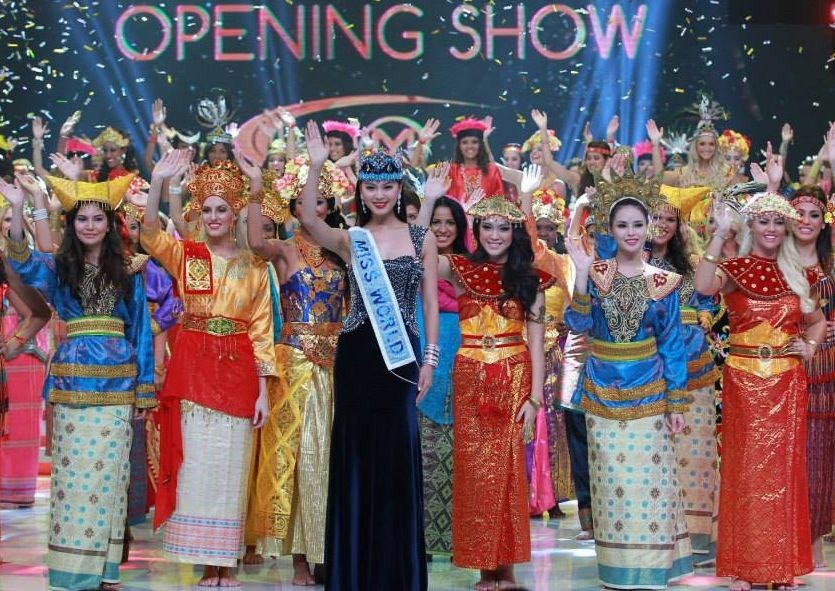 Miss World 2013 contestants are seen in traditional Indonesian dresses as they pose with Miss World 2012 during the opening ceremony of the pageant in Bali, on 8 September. (Photo: Miss World/Facebook)