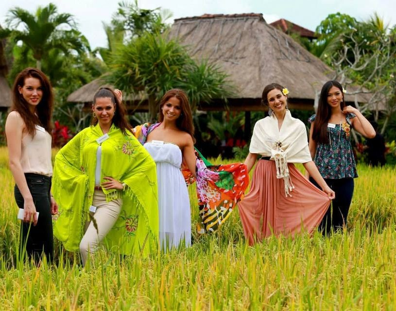 Miss World 2013 contestants from (L to R) Sweden, Slovenia, Hungary, Peru and Chinese Taipei pose before their tour of Mother Temple of Besakih in eastern Bali. (Photo: Miss World/Facebook)