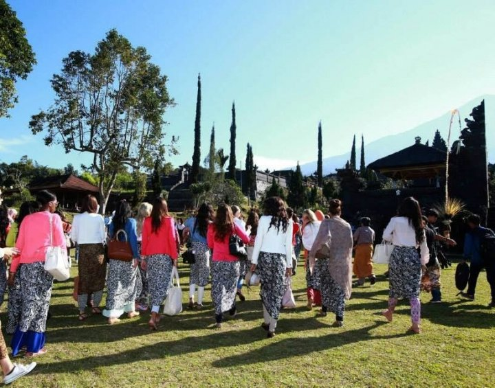 Miss World 2013 contestants head to Mother Temple of Besakih in eastern Bali. (Photo: Miss World/Facebook)