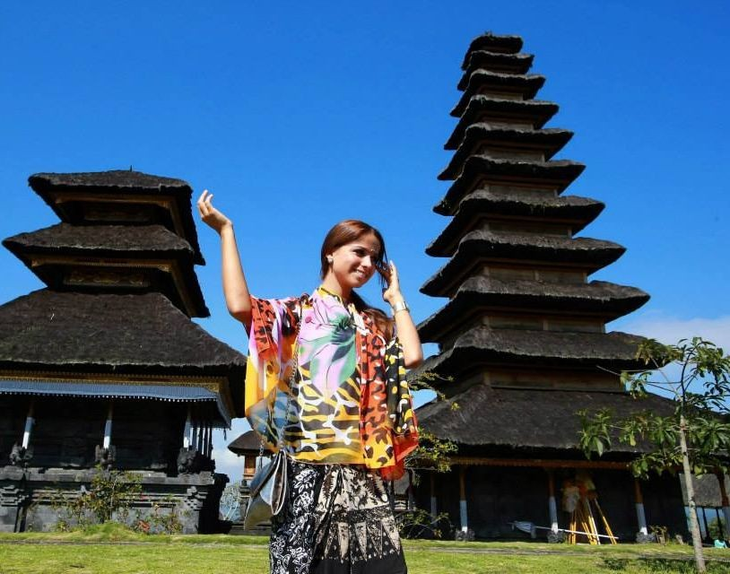 Miss World 2013 contestant from Hungary pose in front of the Mother Temple of Besakih. (Photo: Miss World/Facebook)